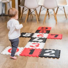 puzzle piankowe na podłodze